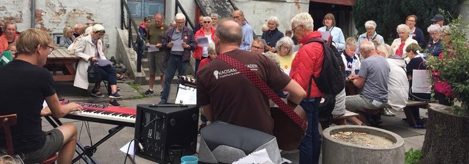 Syng Randers Rundt gæster ved Café von Hatten 2019